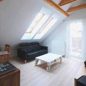 Jasne kolory, wyeksponowane drewniane belki stropowe i bielone drewno na podłodze stworzyły wnętrze w subtelnej, oszczędnej stylistyce. Dominuje styl skandynawski, z ukłonem w stronę minimalizmu. Fot. Vostok Design.