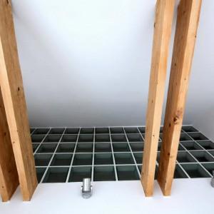 Podwieszane sufity w mieszkanie rozebrano, co pozwoliło nie tylko na stworzenie drugiej kondygnacji, ale wyeksponowało również drewniane belki stropowe, nadające wnętrzu skandynawskiego charakteru. Fot. Vostok Design.