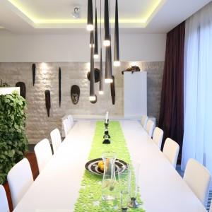 Duży stół to podstawa dużej jadalni. Przy tym, oryginalnie oświetlonym, zmieści się nawet 12 osób. Projekt: Katarzyna Mikulska-Sękalska. Fot. Bartosz Jarosz.