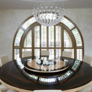 Biżuteryjna lampa wisząca podkreśla elegancki charakter klasycznej jadalni. Projekt: Studio KPP. Fot. Bartosz Jarosz.