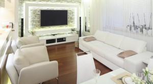 Postawienie na jasne barwy w aranżacji salonu to znakomity pomysł, który pozwoli wprowadzić do wnętrza światło oraz powiększyć je wizualnie.