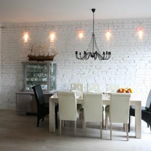 Miejsca dla gospodarzy można podkreślić wykorzystując odmienne od pozostałych krzesła, różniące się np. kolorem. Projekt: Monika Włodarczyk, Jarosław Jończyk. Fot. Bartosz Jarosz.