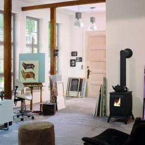 Piec Iron Dog odnajdzie się nawet w bardzo małym pomieszczeniu, gdzie wprowadzi nieodmiennie ciepłą i niezobowiązującą aurę. Idealny także do domku letniskowego. Fot. Brunner.