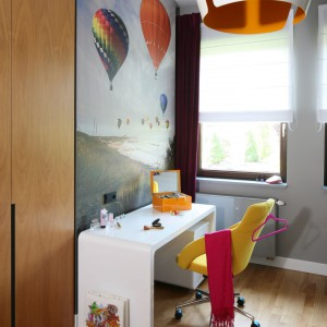 Kolorowy pokój nastoletniej dziewczyny służy właścicielce do nauki, wypoczynku, jak i towarzyskich spotkań z koleżankami. To miejsce zaaranżowane z pomysłem, które aż kipi  pozytywną energią. Projekt: Katarzyna Koszałka. Fot. Bartosz Jarosz.