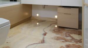 """Główną ozdobą tej komfortowej łazienki na poddaszu jest piękny onyks na podłodze. Jego""""chmurzasty"""" rysunek prezentuje się niczym narysowany przez Naturę obraz."""