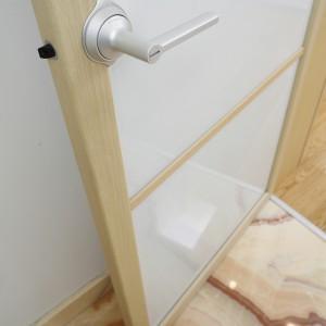 Już od progu uwagę korzystających z łazienki przyciąga kamienna podłoga wykończona pięknym onyksem. Fot. Bartosz Jarosz.