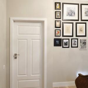 Do sypialni prowadzą białe drzwi, które doskonale komponują się z wysokimi listwami przypodłogowymi oraz listwami przy suficie. Projekt: Monika Gorlikowska. Fot. Bartosz Jarosz.