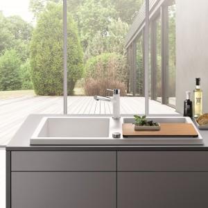 Zlewozmywak Blanco Adon XL 6 S firmy Blanco. Wykonany z kompozytu Silgranit® PuraDur® II w białym kolorze. Podwyższony brzeg oraz symetryczna budowa z umieszczoną pośrodku listwą na baterię nadają mu ładny wygląd i sprawiają, że wykonywanie prac kuchennych staje się proste i komfortowe. Fot. Blanco/Comitor.