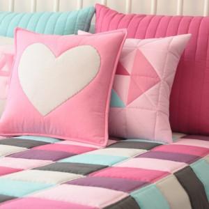 Tkaniny w sypialni: kolorowy patchwork