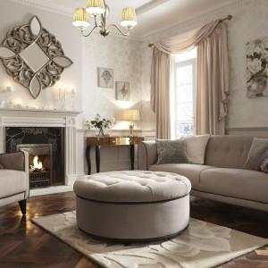 W klasycznych wnętrzach sprawdzą się dywany harmonizujące z kolorem tapicerki mebli wypoczynkowych. Fot. Littlewoods Ireland.