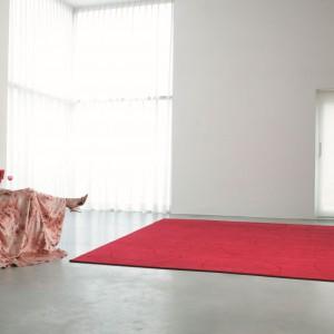 Pomysł na mocny akcent we wnętrzu - czerwony dywan Raja marki Casalis. Fot. Casalis.