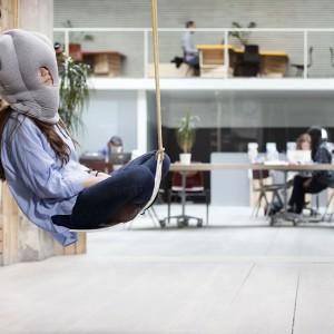 Oryginalna poduszka pozwala na stworzenie komfortowych warunków do krótkiej drzemki. Fot. Ostrich Pillow.