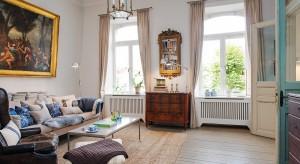 We wnętrzu mieszkania w kamienicy wybudowanej pod koniec XIX wieku, możemy niemalże poczuć klimat przełomu stuleci.