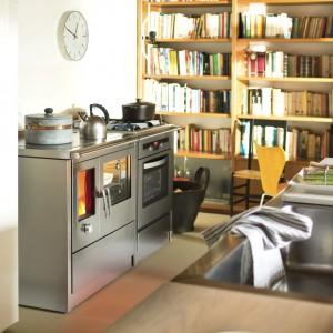 Stalowy kolor i prosty kształt modelu Neos sprawia, że idealnie wpisuje się on w kuchnie minimalistyczne oraz w stylu loft. Fot. J.Corradi.