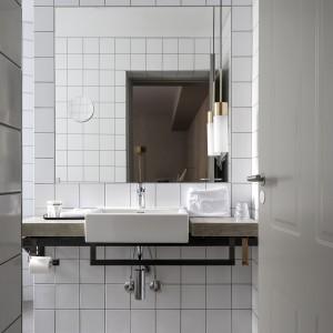 W łazience dominuje prostota. Geometryczne surowe formy i wszechobecna biel nadają pomieszczeniu nowoczesnego i sterylnego wyrazu. Fot. Brochner Hotels.