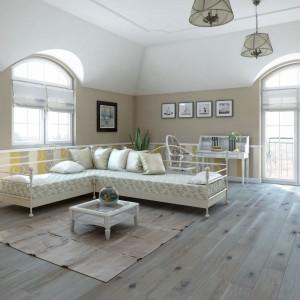 Podłoga z kolekcji Timeless Collection™ marki Baltic Wood o rustykalnym wyglądzie wprowadzi do wnętrza ciepły, przytulny klimat. Charakteryzuje się heblowaniem i lekko fazowanymi krawędziami. Wykończona olejem białym, ciemnieje pod wpływem promieni UV. Fot. Baltic Wood.