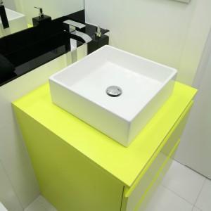 Szafka podumywalkowa stanowi prostą geometryczną bryłę - w tej samej stylistyce jest wybrany model umywalki nablatowej. Fot. Bartosz Jarosz.
