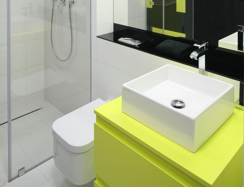We wnęce prysznicowej zastosowano zamiast brodzika odpływ liniowy w posadzce, który jest prawie niewidoczny. Takie rozwiązanie pozwala na wykończenie podłogi płytkami w całej łazience, a to optycznie powiększa wnętrze.  Fot. Bartosz Jarosz.