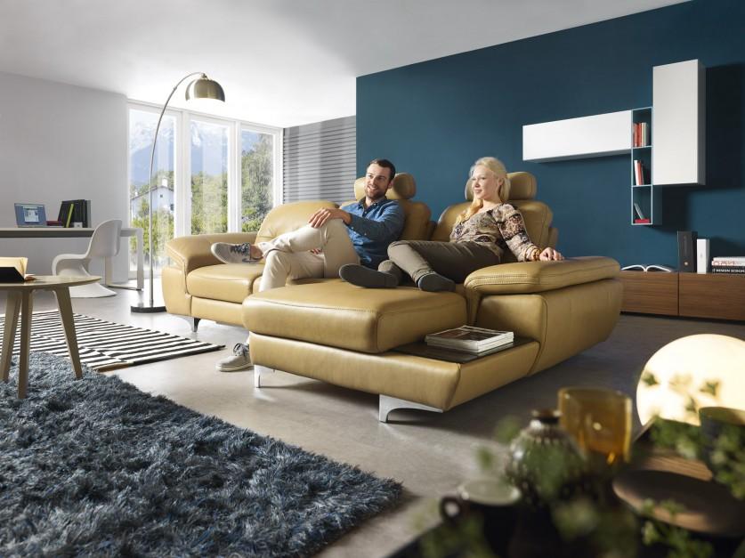 Move to esencja elegancji i funkcjonalności. Bardzo ergonomicznym rozwiązaniem jest siedzisko, w którym przesuwając oparcie można zwiększyć głębokość mebla. Dodatkowo mamy do dyspozycji unoszone podłokietniki oraz funkcjonalną półeczkę z boku mebla, pozwalającą odstawić w bezpieczne miejsce filiżankę, albo książkę. Fot. Gala Collezione.