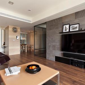 W tym domu wszystko jest podporządkowane wypoczynkowi. Otwarte, relaksujące przestrzenie, naturalne barwy i duża ilość światła budują poczucie komfortu. Fot. Fertility Design.