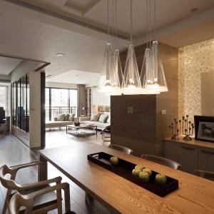Pomysłowym rozwiązaniem w jadalni jest półprzezroczysta podświetlana ścianka z eleganckimi ornamentami, która nadaje wnętrzu niepowtarzalną atmosferę. Fot. Fertility Design.