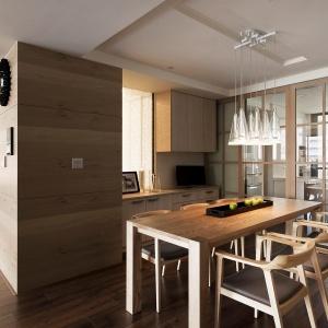 Nisko zawieszone lampy nad stołem dają delikatne światło i wprowadzają ciepły klimat. Fot. Fertility Design.