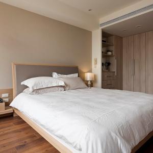 Strefa nocna z wygodną sypialnią i garderobą jest bardzo intymna i przytulna dzięki użyciu stonowanych kolorów i prostych form. Fot. Fertility Design.