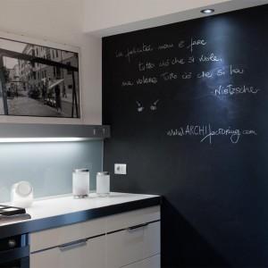Świetnym pomysłem jest przekształcenie jednej ze ścian w tablicę. Takie rozwiązanie nie tylko nadaje się do pokoju dziecka, ale jak widać świetnie sprawdza się także w kuchni. Można na takiej ścianie umieścić na przykład przepis na ulubione ciasto. Fot. Archifacturing.