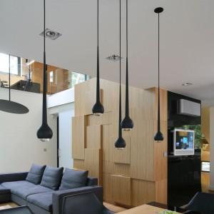 Z sufitu swobodnie opadają także delikatne lampy w jadalni, które kolorem i formą naśladują futurystyczny kominek. Projekt: Katarzyna Kiełek, Agnieszka Komorowska-Różycka, Fot. Bartosz Jarosz.