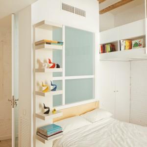 W mieszkaniu maksymalnie wykorzystano każdy centymetr przestrzeni. Wolną powierzchnię ściany za zagłówkiem łóżka zagospodarowano na montaż podręcznych półek. Fot. Asier Rua.