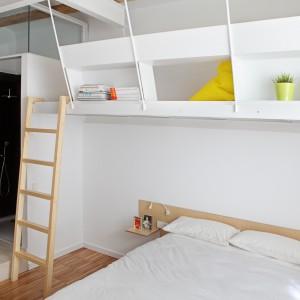 Pod sufitami w sypialniach, w przestrzeni nad łóżkiem zlokalizowano niewielkie półpiętra. Od strony pokoju, półpiętra obudowano półkami, które można udekorować według uznania. Fot. Asier Rua.