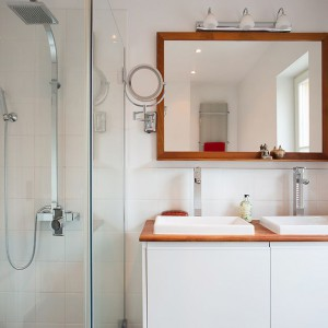 Na piętrze zlokalizowano dwie łazienki – jedna z nich z kabiną prysznicową. Fot. Per Jansson.