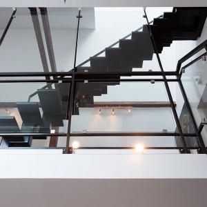 Schody zamknięto w nowoczesnej szklanej obudowie. Fot. Per Jansson.