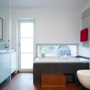 Na parterze znajduje się piękny salon kąpielowy z podwójną wanną. Relaksowi sprzyjają okna w łazience, włącznie z wyjściem do ogródka. Ekskluzywny klimat wnętrza zapewnia drewniana podłoga. Fot. Per Jansson.