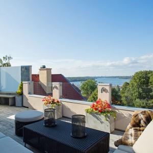 Na dachu budynku znajduje się pięknu duży taras. Piękne meble ogrodowe, przytulne tekstylia i rozpościerający się widok na jezioro zachęcają do wypoczynku w słoneczne dni. Fot. Per Jansson.