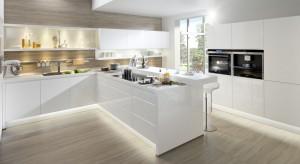 Półwysep kuchenny może pełnić funkcję domowego baru i dodatkowej powierzchni roboczej w kuchni. Zajmuje przy tym mniej miejsca niż tradycyjna wyspa.