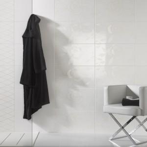 """Wystarczy  spojrzeć pod odpowiednim kątem  na płytki Victoria marki Peronda, aby zobaczyć piękny, graficzny wzór róż - to dekoracja typu """"białe na białym"""". Nie kolor, a inny sposób wykończenia powierzchni eksponuje wzór. Fot. Peronda."""