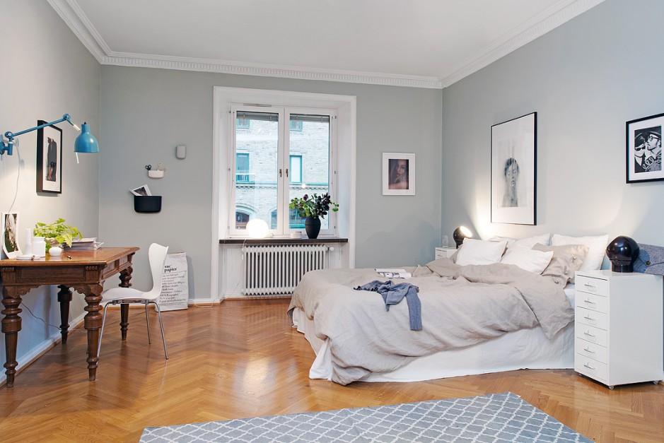 Jasne, szare ściany dodają wnętrzu lekkości. W połączeniu z drewnianą podłogą tworzą przytulne wnętrze. Fot. Alvhem Mäkler.