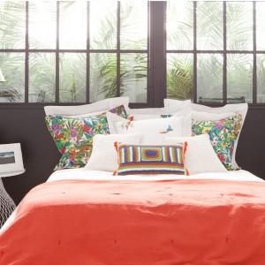 Czerwona narzuta to szybki i łatwy sposób na zmianę wyglądu sypialni. Fot. Zara Home.
