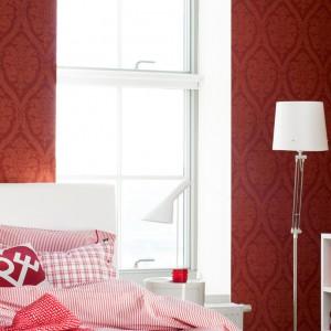 Czerwone ściany stanowią doskonałe tło dla jasnych mebli oraz lamp. Dzięki niej białe meble stają się bardziej wyraźne we wnętrzu. Fot. Boras tapeter.