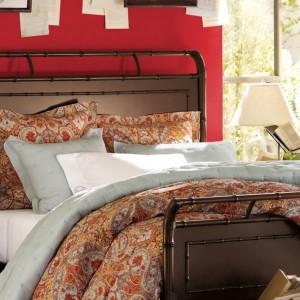 Czerwona ściana za wezgłowiem klasycznego łóżka dodaje sypialni wytworności i elegancji. Fot. Benjamin Moore.
