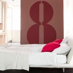 W jasnej sypialni nawet niewielka dekoracja z użyciem przygaszonych odcieni koloru bordowego wprowadza ciekawy, energetyczny akcent. Fot. Dulux.