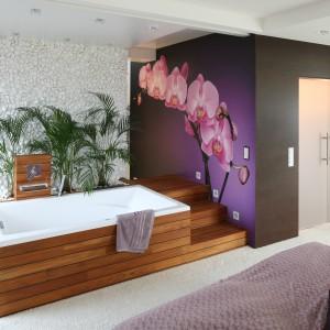 W tej wyjątkowej łazience w sypialni  fototapeta ze storczykiem (zdjęcie z oferty FotoStock) stanowi największa atrakcję i niewątpliwie robi wrażenie. Projekt: Katarzyna Mikulska-Sękalska. Fot. Bartosz Jarosz.