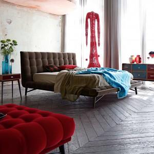 Czerwone dodatki i tkaniny skutecznie ożywiają stonowane wnętrze. Fot. Roche Bobois.