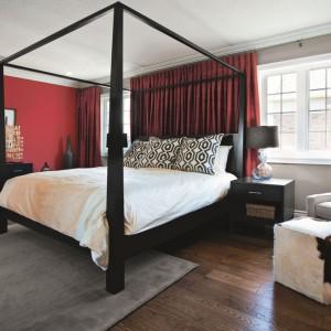 Ciemne, czerwone ściany w sypialni dodadzą jej eleganckiego, wytwornego charakteru. Fot. Tikkurila.