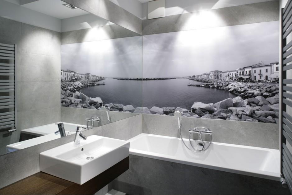 Na fototapecie utrwalony został nadmorski pejzaż Toskanii. Dzięki temu w małej łazience zapanował klimat jak w śródziemnomorskim kurorcie. Projekt: Lucyna Kołodziejska. Fot. Bartosz Jarosz.