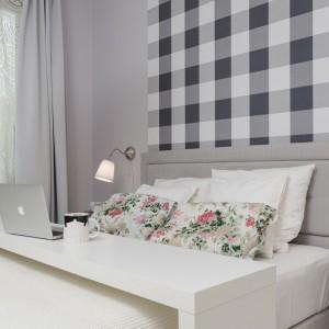 Funkcjonalny przesuwny stolik w sypialni może pełnić wielorakie funkcje. Raz jest stolikiem zlokalizowanym na ścianie pod telewizorem, aby za chwilę zamienić się w stolik łóżkowy. Fot. Decoroom.