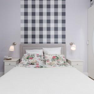 Okrągłe lustro zabudowie ściennej wpisuje się w romantyczny nastrój sypialni i dodatkowo - dzięki umieszczeniu na wprost okna - optycznie powiększa przestrzeń. Fot. Decoroom.