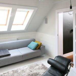 Niedużych rozmiarów pokój wypoczynkowy usytuowany jest, podobnie jak całe mieszkanie, na poddaszu. Ze względu na niewielką przestrzeń wybrano tu niedużą sofę w jasnym kolorze. Projekt: Agnieszka Zaręba, Magdalena Kostrzewa-Świątek. Fot. Bartosz Jarosz.