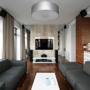 Granicą między pokojem jadalnym, a gabinetem jest jasna, błyszcząca ściana, na której znalazło się miejsce na telewizor. Fot. Svoya studio.